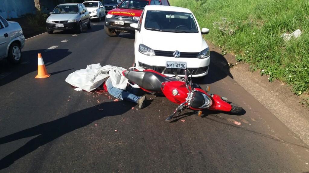 Motociclista morre atropelado por caminhão / Imagem: Cláudio Costa/TV Vitoriosa