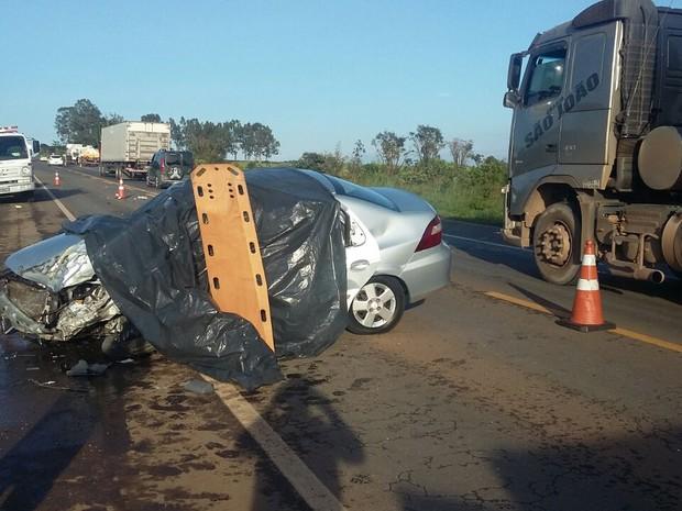 Condutor invadiu a contramão e bateu de frente com carreta (Foto: PRF/Divulgação)