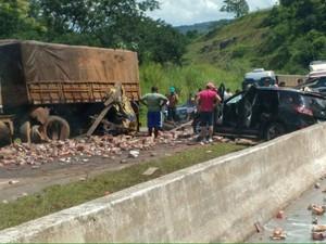 Acidente aconteceu entre Uberlândia e Araguari neste domingo. (Foto: G1)