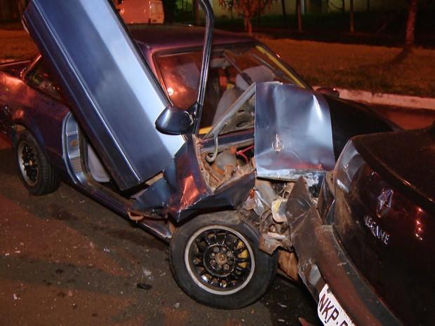 Motorista estava em alta velocidade, perdeu o controle e bateu em outro veículo. (Foto: MGTV/Repordução)
