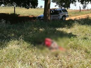 Vítima de pele negra tinha várias perfurações de faca e enxada. Corpo estava na zona rural próximo a comunidade Tenda dos Morenos.