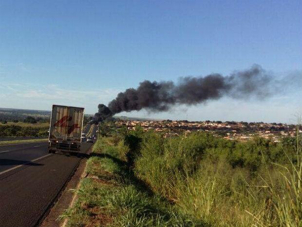 Movimento sem-terra interditou rodovia e faz queima de pneus (Foto: Fabrício Sangenetto/Arquivo Pessoal)