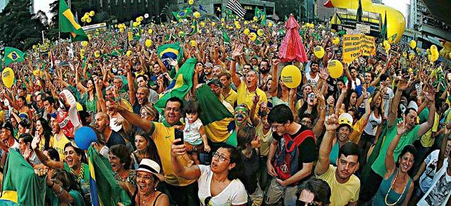 Manifestantes acompanham na avenida Paulista votação dos deputados neste domingo (17)