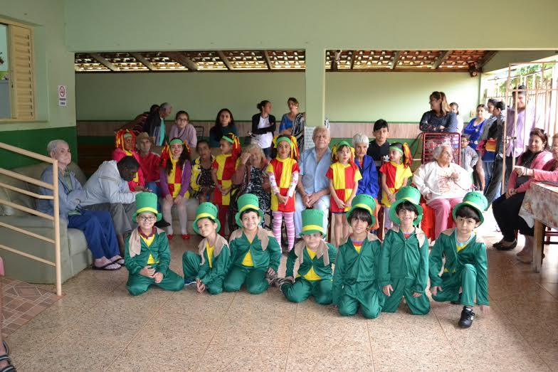 Abrigo dos Idosos recebe crianças da escola Alvarenga Peixoto