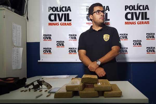 Delegado Vitor Adriano Dantas apresenta objetos apreendidos (Foto: Vinícius Romário)