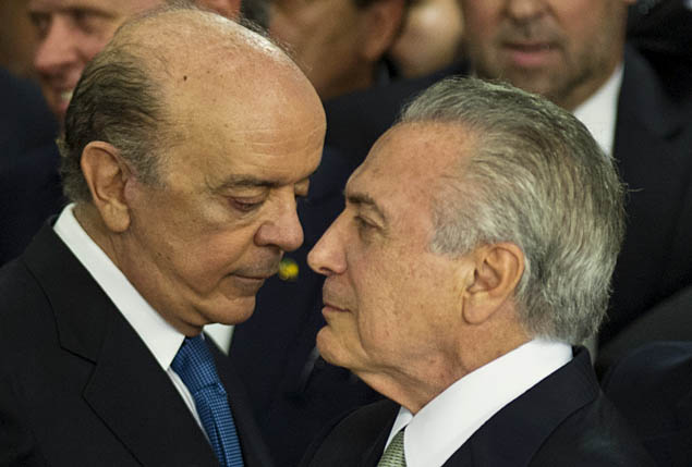 O presidente interino, Michel Temer, conversa com o novo ministro das Relações Exteriores, José Serra