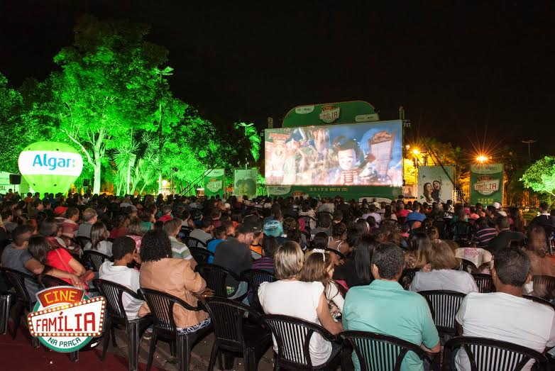 """A cidade de Ituiutaba receberá, mais uma vez, o projeto """"Cine Família na Praça"""" onde será apresentado o"""