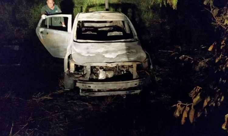 Carro ficou destruído depois do incêndio (foto: Polícia Civil/Divulgação)