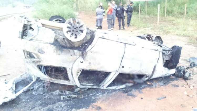 Carro usado na fuga pelos criminosos capotou e pegou fogo em seguida (foto: Divulgação)