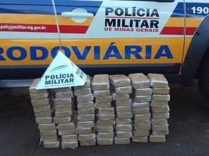 Droga foi localizada em abordagem na MG-255 (Foto: Polícia Militar Rodoviária de Frutal/Divulgação)