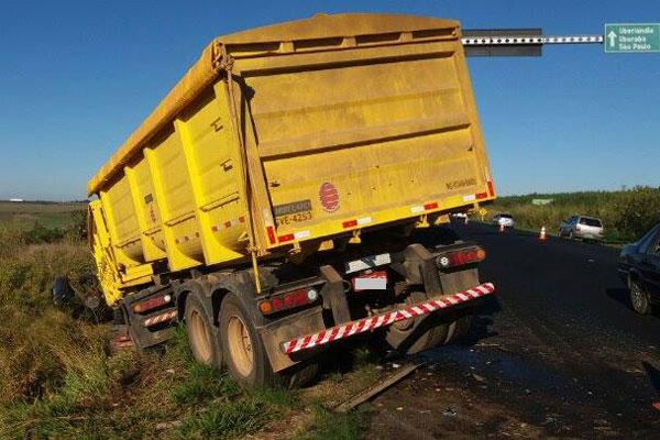 Veículos saíram da pista após o acidente na manhã desta sexta-feira (Foto: Cleiton Borges)