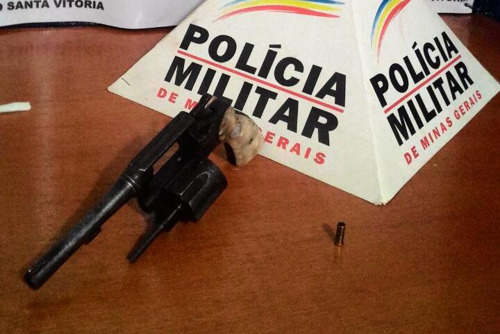 17062016-intimidar-vitima-santa-vitoria-revolver