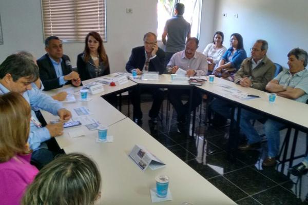 Representantes discutiram diretrizes sobre a restrição do atendimento no Hospital de Clínicas da Universidade Federal de Uberlândia (HC-UFU) (Foto: Renato Henriques)