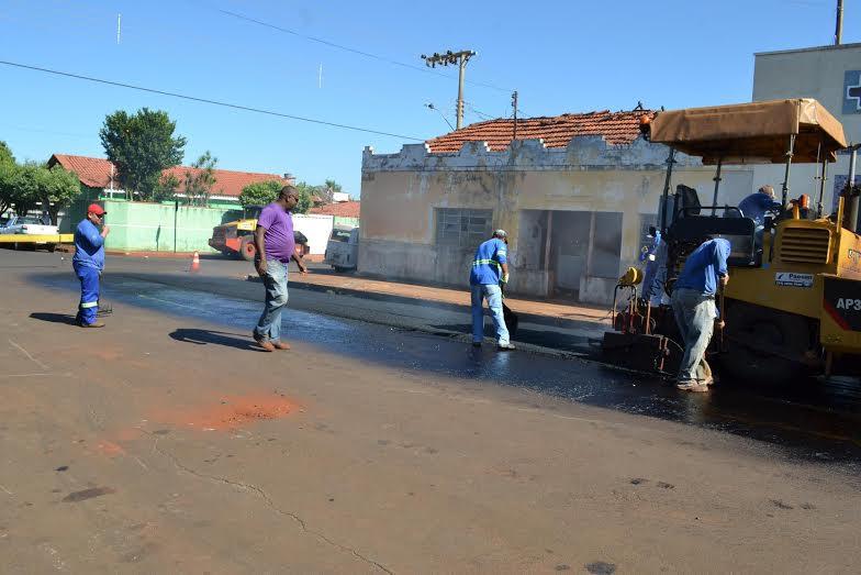 Prefeitura faz investimento na melhoria do asfalto de vias públicas