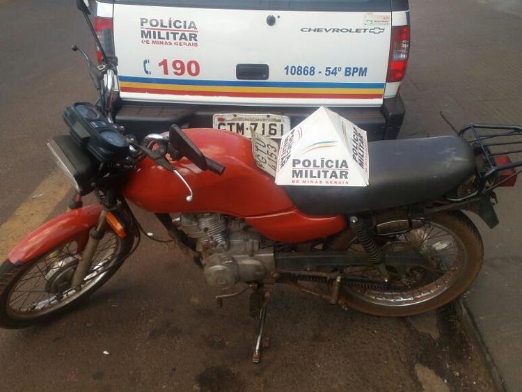 Moto apreendida foi pintada de vermelho - A cor original é azul / Foto: PMMG