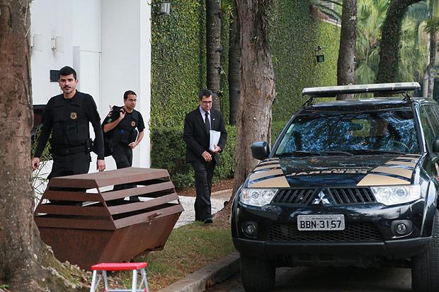 Agentes federais em frente à casa de Joesley Batista, do grupo JBS, em São Paulo