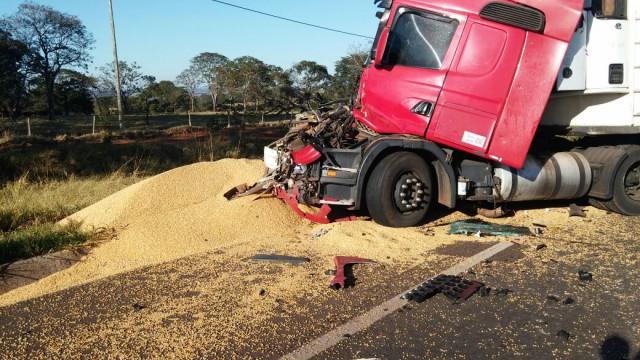 08072016-acidente-caminhão-carreta-monte-alegre-de-minas-1
