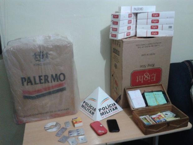 Cigarros sem procedência foram apreendidos, além de mídia com pornografia (Foto: Polícia Militar/Divulgação)