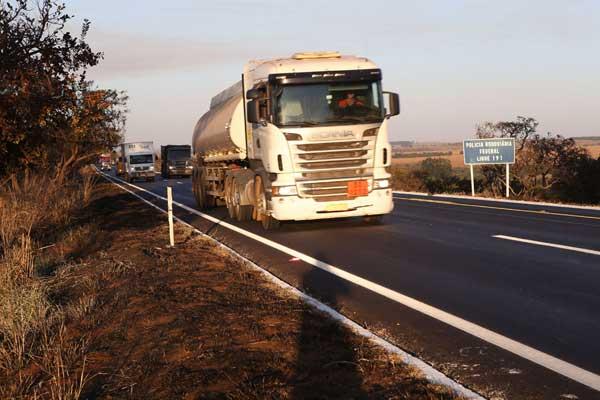 Obra que retirou o acostamento visa melhorar o fluxo de veículos na rodovia (Foto: Douglas Luzz)