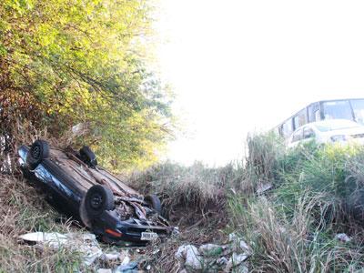 Veículo capotou e motociclista foi observar, quando foi atingido por um outro veículo