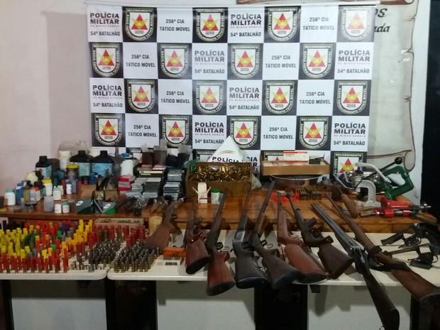 Armas e munições apreendidas em Santa Vitória (Foto: Polícia Militar/Divulgação)