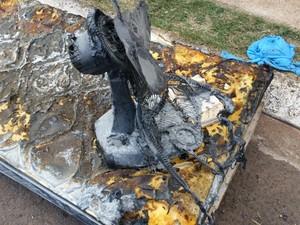 Ventilador e colchões ficaram destruídos com o fogo (Foto: G1)