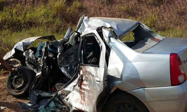 No carro morreram o motorista e uma passageira, ambos de 30 anos, uma menina de 5 meses, outra de 7 anos, e um passageiro não identificado. Os policiais acreditam que o casal seja pai das crianças. Uma adolescente de 15 anos sofreu ferimentos graves e foi levada para o Hospital de Leopoldina.