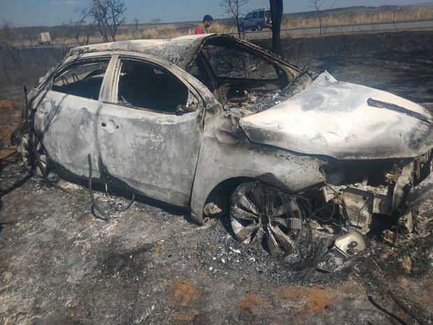 Motorista morre carbonizado após capotar carro em Campos Altos (Foto: PRF/Divulgação)