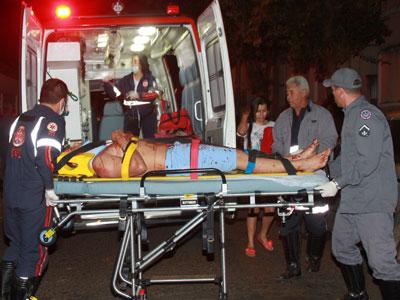 Unidade dos bombeiros socorreu a vítima, que foi atacada por vizinho que estava irritado com barulho de discussão de casal