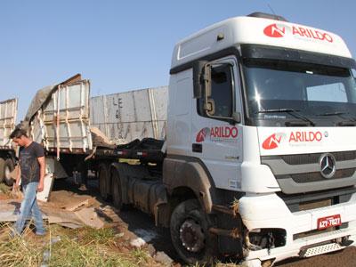 Carregada de móveis, carreta tombou após ultrapassagem / foto: JM