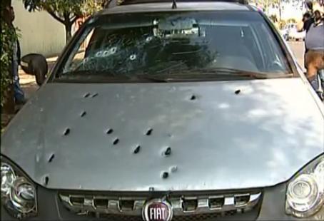 carro dos suspeitos foi cravejados de balas / Imagem: Tv Integração