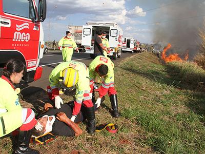 Vítima é atendida enquanto o carro ainda queimava; Ana Paula e Madalena (mãe e filha) ficaram sob o veículo e a pequena Taila, de seis anos, estava dentro do Corsa