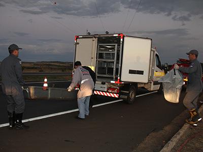 29082016-Morreram carbonizadas debaixo do carro Ana Paula e Madalena (mãe e filha); dentro do veículo estava Taila, de seis anos3