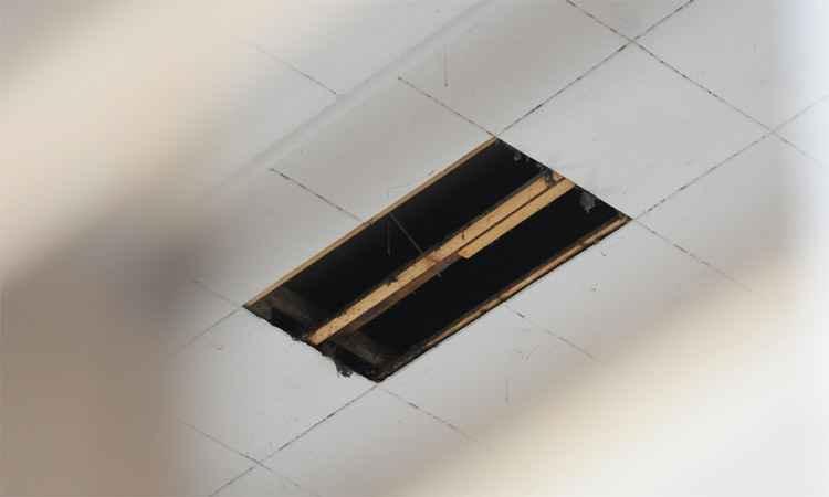 Duas placas do teto cederam e a criança caiu de uma altura de 15 metros (foto: Gladyston Rodrigues/EM/DA Press)