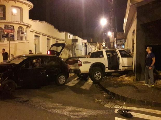 Um dos veículos atingiu um comércio em Uberlândia (Foto: Corpo de Bombeiros/Divulgação)