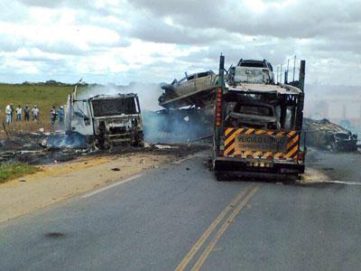 As duas carretas ficaram totalmente destruídas após a colisão e a explosão do veículo conduzido pelo uberabense