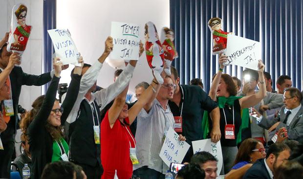 Manifestantes anti-Dilma durante congresso da Fundação Ulysses Guimarães, em 2015