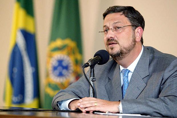 O ministro Antonio Palocci durante entrevista sobre a reunião da Câmara de Política Econômica