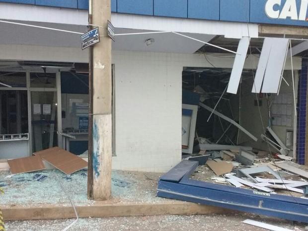 Agência ficou destruída após a explosão. Ninguem foi preso até o momento (Foto: PM/Divulgação)