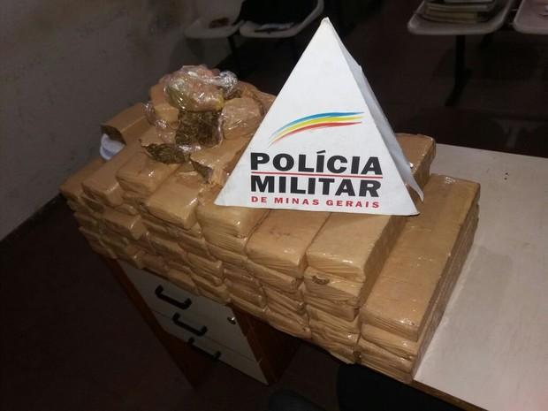 Cerca de 60kg de maconha foram apreendidos pela polícia (Foto: Polícia Militar/Divulgação)