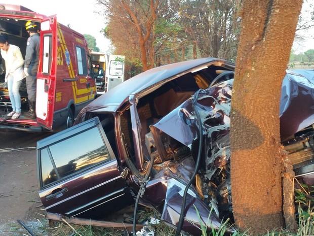 Carro ficou com a frente destruída (Foto: Corpo de Bombeiros/Divulgação )
