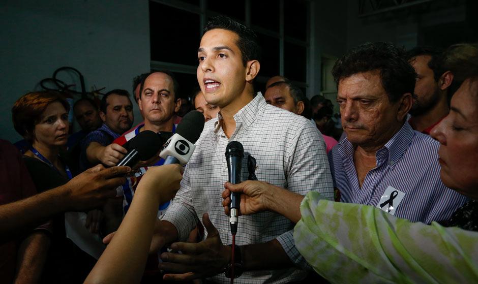 O prefeito eleito de Itumbiara José Antônio, que sucedeu o candidato José Gomes, abraça familiares e correligionários na sede do TRE da cidade / Pedro Ladeira/Folhapress