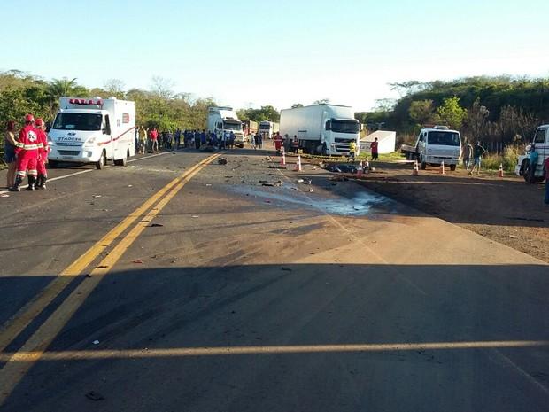 Acidente entre carro e carreta deixou três mortos (Foto: Polícia Rodoviária Federal/Divulgação)