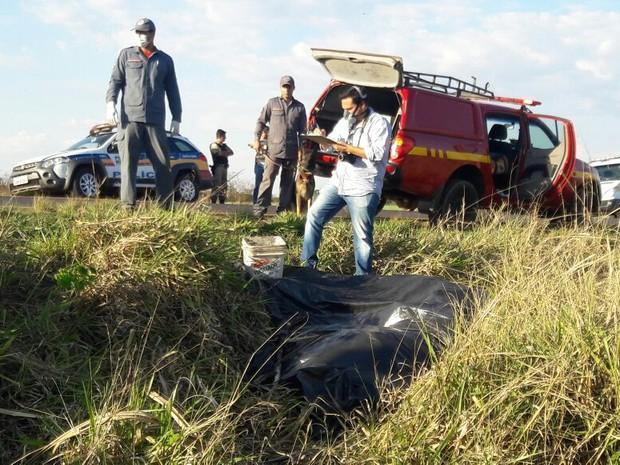 Cadáver estava às margens da rodovia MG-427 (Foto: Polícia Militar/Divulgação)