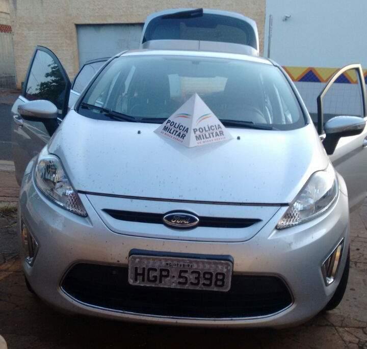 Veículo Produto de crime recuperado e foragido da justiça preso em Santa Vitória.   / Foto: PMMG