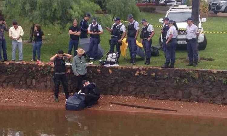 Corpo é retirado no Lago Paranoá, em Brasília, no Distrito Federal, na manhã dessa quinta-feira (foto: Antônio Cunha/DA Press)