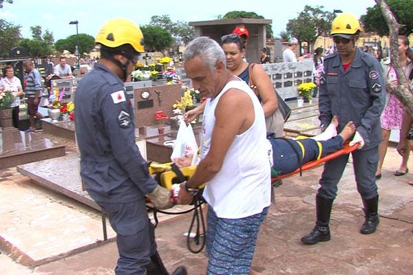 Idosa foi retirada de dentro de cova pelo Corpo de Bombeiros (Foto: TV Paranaíba/Divulgação)