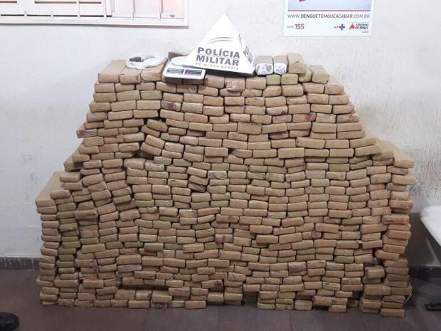 Droga foi encontrada em casa no Bairro Alto Umuarama (Foto: Flávio Henrique/G1)