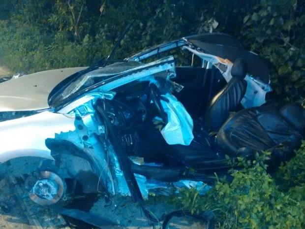 Acidente fez com que carro partisse ao meio em Guarujá (Foto: Reprodução/Facebook Samu Litoral)