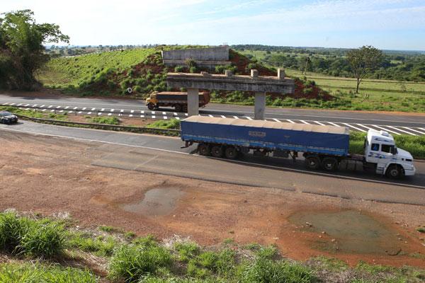 Não há previsão para a retomada da construção do viaduto (Foto: Cleiton Borges)